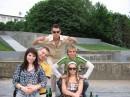 С друзьями на неработающем фонтане...