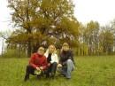 (слева направо) моя сестра,подружка и я .Все та же Софиевка.