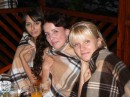 Три девицы в теплом пледе позабыли об обеде...