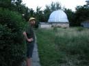 Июнь 2007 г. На территории астрономической обсерватории Киевского университета. Справа от меня - помедение с рабочим инвентарем.