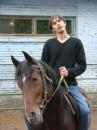 хорошая лошадка поворачивает голову вслед за наездником.) зловред на героине (погоняло лошадки)