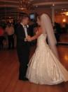 Жених и невеста танцуют вальс)) Они специально до свадьбы ходили на курсы танцев)) Романтично....