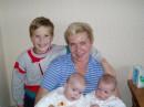 Бабушка Валя с тремя внуками (найди три отличия)