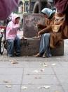 ем.... много смысла... ето мама и сын....попрошайки...накопили монет и ...купили тортики... и в центре Берлина их жували