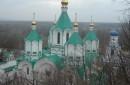 Это славяногорский Успенский монастырь. Чем-то похож на Печерскую Лавру