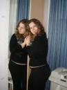 притулилася до дзеркала)))