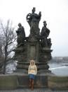 Карлов мост. Построен в 1357 году, на нем находится 47 статуй и он ведет ко дворцу Св.Вита