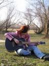 Девушка, прячущая весну в струнах.
