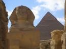 на заднем плане пирамида Хеопса (самая высока 160-170метров)