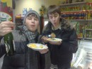 С тарелками и в тапочках пошли в магазин)
