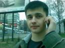 серьезный такой))))))) что то кому то говорит)))))
