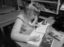 блондинка в библиотеке)