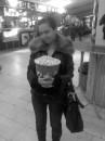 Маленькая девочка с маленьким попкормом ))))