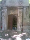 Склеп. Кстати, вверху по-польски написано, что здесь похоронена семья Байковских. Жаль, что теперь все так застрато.. :(