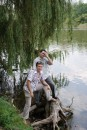 двое у речки -вонючки ждали, пока их снимут (с пня и на фото)