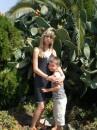 Дети на фоне кактуса, покрытого своими некрасивыми съедобными плодами...мы их, правда, не пробовали, не рискнули, но народ говорил-вкусные.