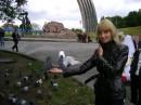 А возле арки голуби ручные... Рыбок с рук кормила, голубей тоже... интересно кто следующий ??? :))))