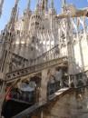Миланский собор (итал. Duomo di Milano).Собор может вместить до 40 000 человек. Статистику гигантомании строения можно было бы дополнить еще некоторыми цифрами: в общей сложности собор украшают 3000 статуй, а строился он почти 600 лет.