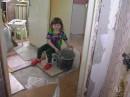 Эксплуатация ребятёнка))) ШУЧУ)))) Ребенок в интузиазме)))) Растет помощница))))