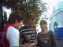 """2 года назад за кулисами. Солист группы """"Бумбокс"""" Андрей Хлывнюк...и парень,который влез со своим листочком в кадр))"""