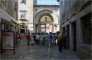 вузенькі вулички обов'язково виведуть до базиліки св. Єфразіуса (і краще, щоб в той момент там було якомога менше туристів)