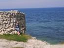 тама слева от меня, метров в двух, обрывчик такой чы маленький)))))))