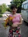 В сшитой своими ручками юбочке с выращенными своими ручками цветочками. Вот такая я рукодельница. :-)