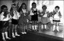 ещё одна фотка с детского садика в праздник 1 мая (мир,труд,май)я посредине между двух девочек