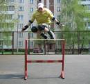 Высота перекладины 1,1 метра, в связи с этим лицо приобрело такое выражение =)))))
