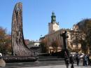 Пам'ятник Шевченку Позаду - верхівка Кафедрального  собору