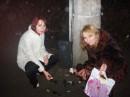 Ну а это мы с подругой в первые минты НГ бутылку вина не смогли донечти до места назначения...%)))