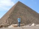 какой я маленький напротив  пирамиди!!! :)))