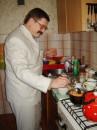 А це татко готує обід - гарно жити удвох :)