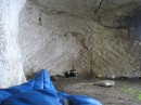 вид из спальника утром. в этой пещерке я ночевал на Тепе