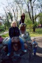 Хи хи... вы се и представить не можете как прикольно лазить по диназаврам вместе с детками :))))