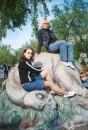 Диназаврик кушает травку, а мы на нем катаемся:)) жалка что ему все па барабану %))