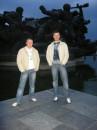 Я с лева...а то друг  кривляющий...  Это мы на 9 мая..    Салют ждем!!!!