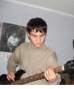 Я играю на басу, асзади слушает В.Цой