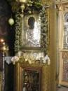 икона св.Пантелеймона,люди,которых эта икона исцелила вешают позолоченые таблички с изображением исцеленной части тела под образ