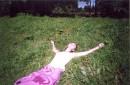 Жёлтый сочный утренний свет С улыбкою в глазах  Ты найдёшь меня на траве Я умер час назад