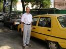 На фоне жёлтой машины